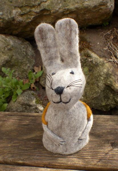 Filz-Hase mit Karottenrucksack, gelb | Nachhaltige Kindersachen bei Das bunte Chamäleon in Bamberg und online