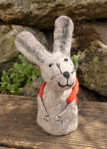 Filz-Hase mit Karottenrucksack, orange | Nachhaltige Kindersachen bei Das bunte Chamäleon in Bamberg und online